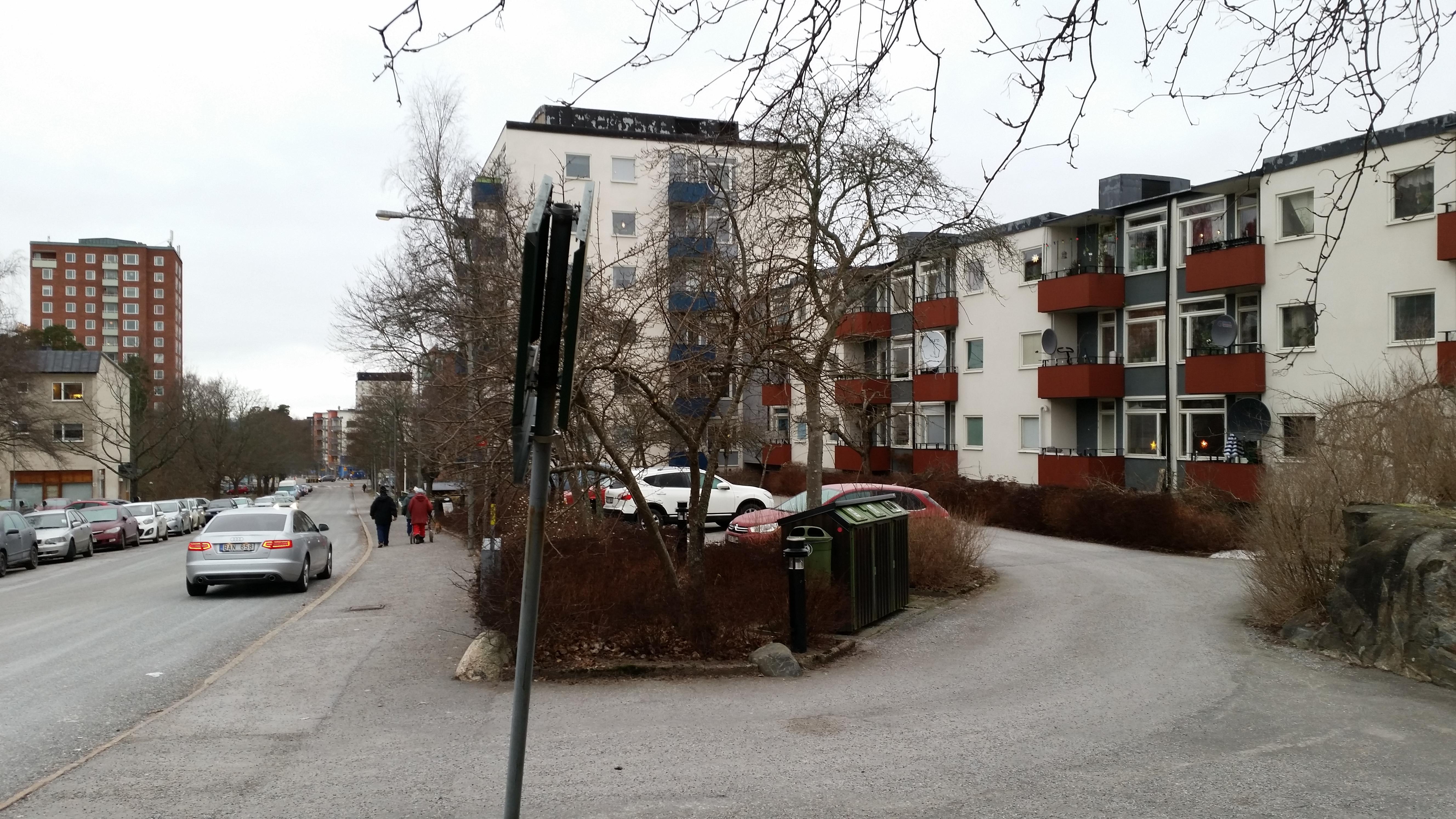 Det blev en promenad i Hässelby idag för att se hur det ser ut där jag växte upp, Det har hänt en hel del på senare år men Aprikosgatan 56 är sig likt.